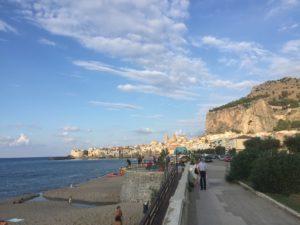 Die Strandpromenade von Cefalu