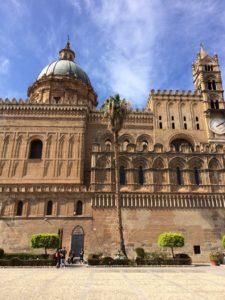 Der Blick vom Marktplatz auf die Kathedrale von Palermo