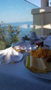 Frühstück mit Meerblick in Dubrovnik