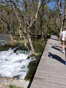 "Holzbrücken auf dem Wasserfall ""Skradinski buk"""
