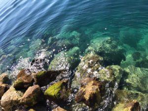Kristallklares Meerwasser an den Stränden von Split