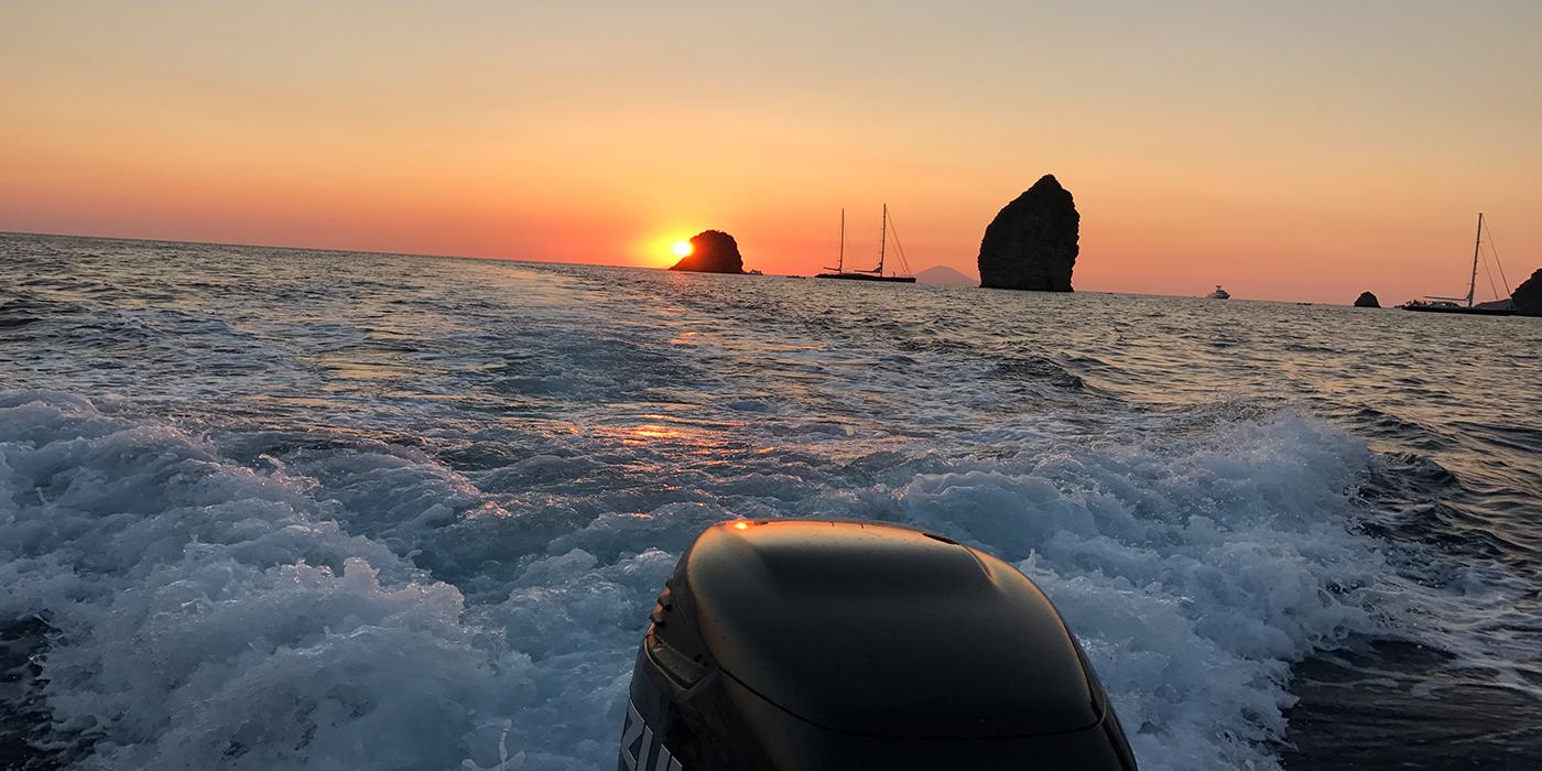 Bootstour in Italien bei Sonnenuntergang